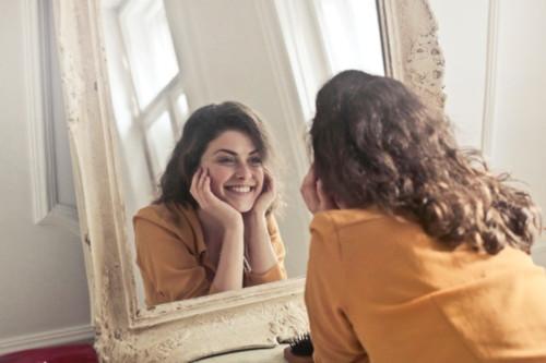 se sourire et se complimenter chaque matin Blog  Je Suis ce que Je Suis-libre  photo de Andrea-Piacquadio